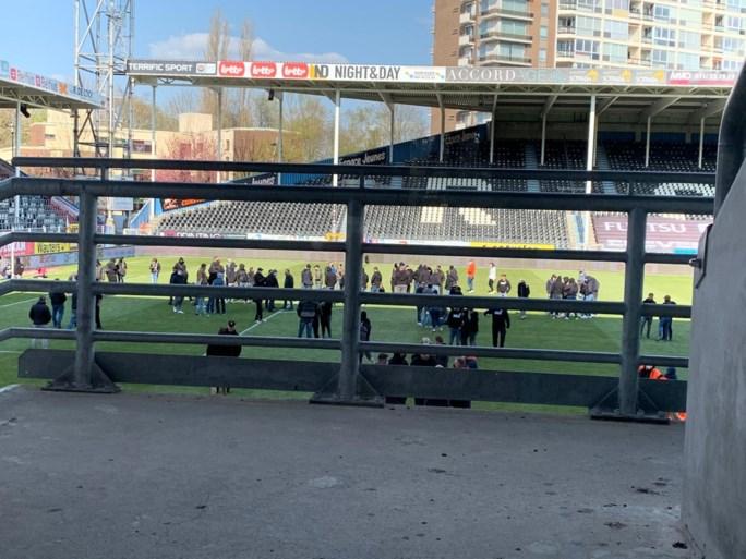 """Boze fans van Sporting Charleroi bezetten urenlang het veld, Mehdi Bayat spreekt hen toe: """"We weten dat er werk aan de winkel is"""""""