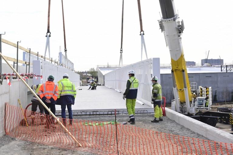 Fietsersbrug en -tunnel aan winkelpark Malinas op hun plaats gezet