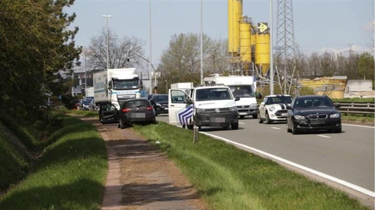 Bestuurder ramt reling langs N16 in Temse en probeert weg te komen