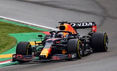 Max Verstappen wint chaotische F1-race in Imola, Lewis Hamilton wordt nog tweede ondanks lange uitstap in grindbak