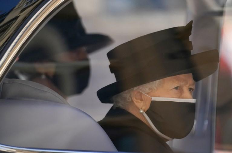"""Queen Elizabeth zit alleen bij afscheid Philip, Britse kranten steken haar een hart onder de riem: """"Je bent niet alleen"""""""