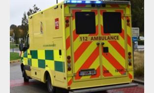 Motor belandt tegen auto en gaat over de kop: bestuurder en passagier zwaargewond