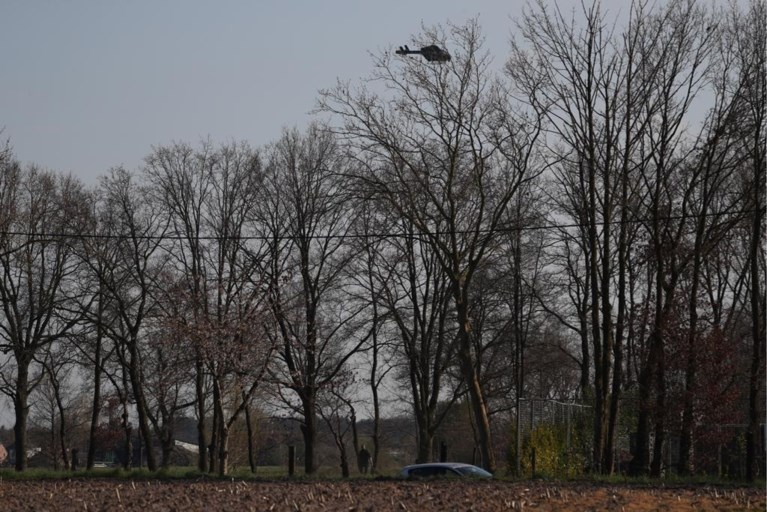 Inzittenden slaan op de vlucht na crash in gracht: politie zet helikopter in