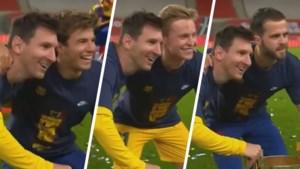 Zelfs op het veld ontsnapt Messi niet aan het poseren: ploegmaats willen één voor één met hem en nieuwe trofee op de foto