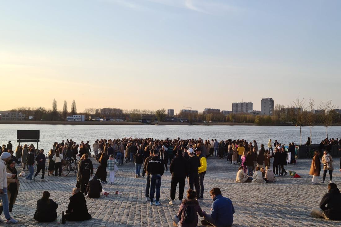 Antwerpse politie moet optreden tegen honderdtal feestende jongeren.