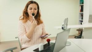 Kijk in de camera, wees zuinig met highlighter en andere tips om te stralen tijdens een videocall