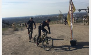 Sander (19) fietst 150 (!) keer naar top mijnterril voor het goede doel, goed voor 9.000 hoogtemeters en 2.500 euro