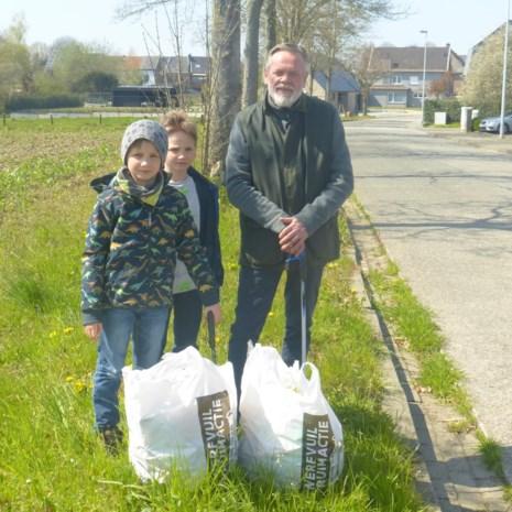 """Opa en kleinzonen ruimen zwerfvuil: """"Beu om steeds afval tegen te komen tijdens wandelingen"""""""