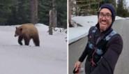 """Jogger stopt meteen met lopen wanneer hij beer opmerkt: """"Hij was duidelijk geïnteresseerd in mij"""""""