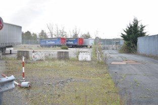 Vergunning voor parking geweigerd maar toch mag transportfirma 25 vrachtwagens parkeren op Fabeltasite