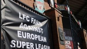Boze Liverpool-supporters halen spandoeken weg op Anfield en hangen er buiten nieuwe in de plaats
