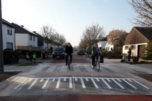 Rode loper uitgerold voor fietsende kinderen in dorpskern