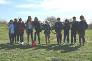 Jonge tennissertjes genieten van stage