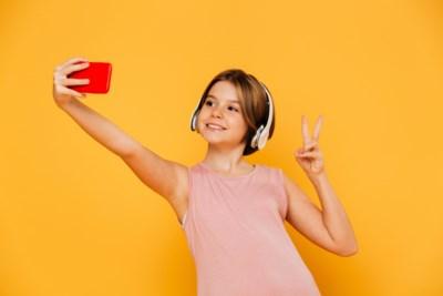Een op drie dertienjarigen houdt niet van haar spiegelbeeld: hoe ga je daar als ouder mee om?