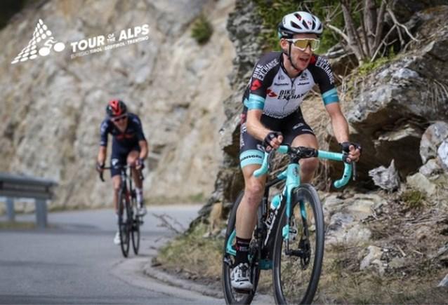 Simon Yates wint tweede rit in Tour of the Alps na knappe solo en pakt ook leiderstrui over