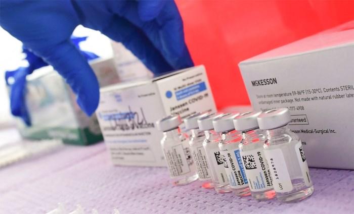 """Goed nieuws voor vaccinatiecampagne na onderzoek van J&J-vaccin. """"Veiliger om gevaccineerd te worden met dit vaccin dan om besmet te raken met Covid"""""""