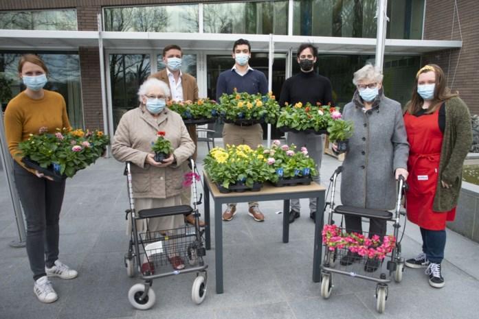 Bloemetjes voor personeel en bewoners van woonzorgcentrum