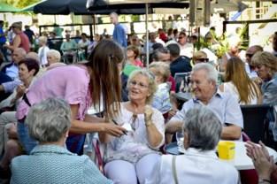 Horecabrigade leidt jongeren gratis op tot kelner om de vele terrassen te bemannen vanaf 8 mei