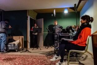 Stadsradio's brengen met hilarisch hoorspel cultuur tot in de huiskamer