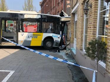 """Lijnbus met kapotte remmen ramt gevel van pas overgenomen bistro: """"We keken zo uit naar de opening. En nu dit"""""""