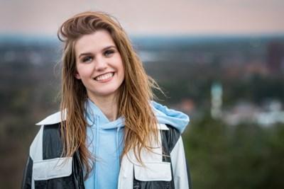 """Laura Govaerts wordt reporter voor 'Vlaanderen vakantieland: """"Saartje Vandendriessche gaf me goeie raad. En toen verdween ze in de bossen"""""""