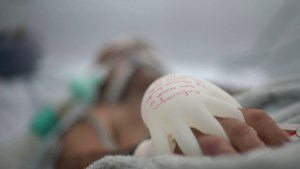 Eenzame coronapatiënten krijgen warme handschoenen voor gevoel van menselijk contact