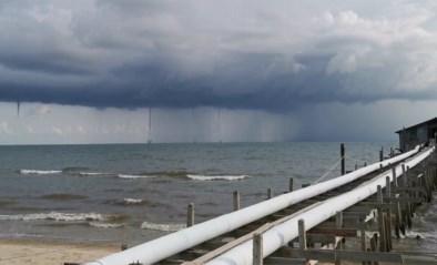"""Strandgangers filmen spectaculair natuurverschijnsel op zee: """"Wolken spuwden net water"""""""