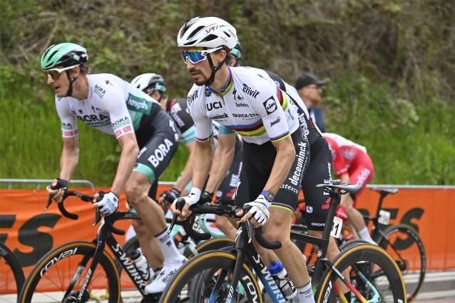 Tweevoudig winnaar Julian Alaphilippe krijgt bij Deceuninck-Quick Step Mauri Vansevenant mee tijdens Waalse Pijl
