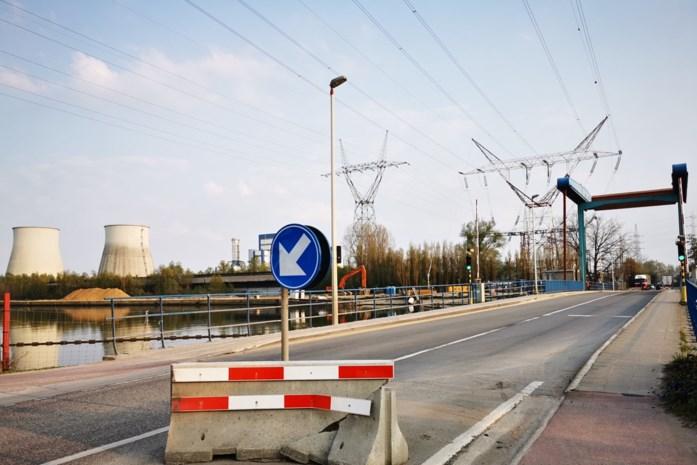 Betonblok dat snelheid moet beperken aan Willemsbrug is nu al aan gort gereden