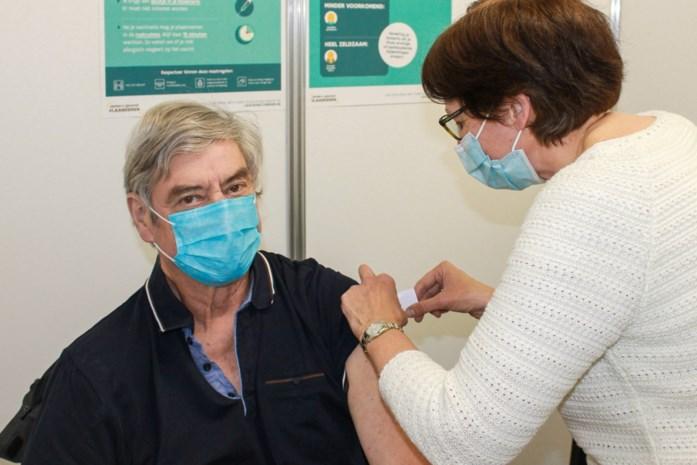 Piet (69) krijgt tienduizendste prik in vaccinatiecentrum Dilbeek-Ternat