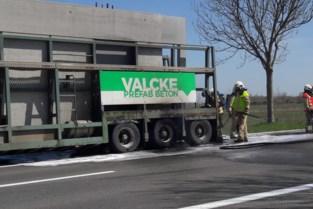 Remsysteem van trailer met 25 ton betonelementen vat vuur langs N8