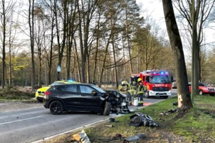 47-jarige bestuurster zwaargewond na frontale botsing tegen boom