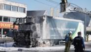 Vrachtwagen met 20 ton houtafval vliegt in brand tijdens spits