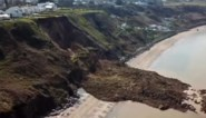 Inwoners van kuststadje aangeraden om tijdelijk te verhuizen nadat groot stuk van klif afbreekt