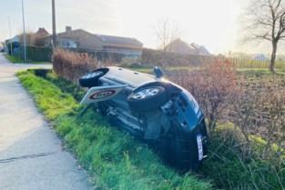 Auto kantelt in gracht na botsing op kruispunt in Oud-Turnhout