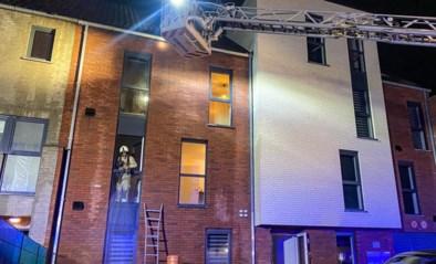 Eén bewoner afgevoerd bij spouw- en dakbrand in appartementsblok in Waterschei