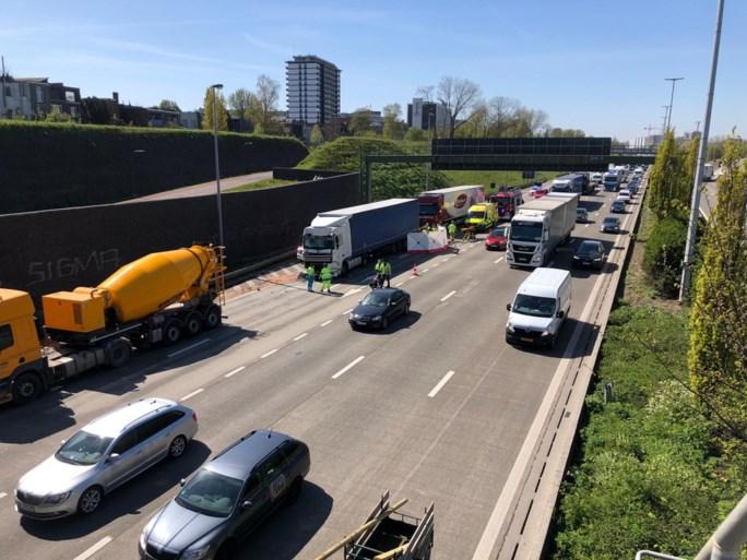 Moeder met baby geklemd tussen twee vrachtwagens bij ernstig ongeval op Antwerpse Ring