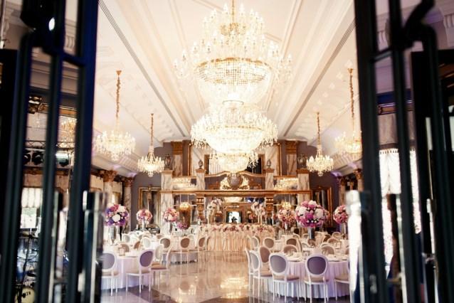 Koppel geeft gigantisch trouwfeest in peperdure villa. Maar dan komt de eigenaar plots opdagen