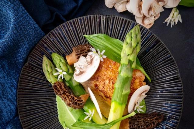 Kip met groene asperges, morieljes en daslook