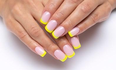 De French manicure, maar dan met een kleurtje: zo doe je dat