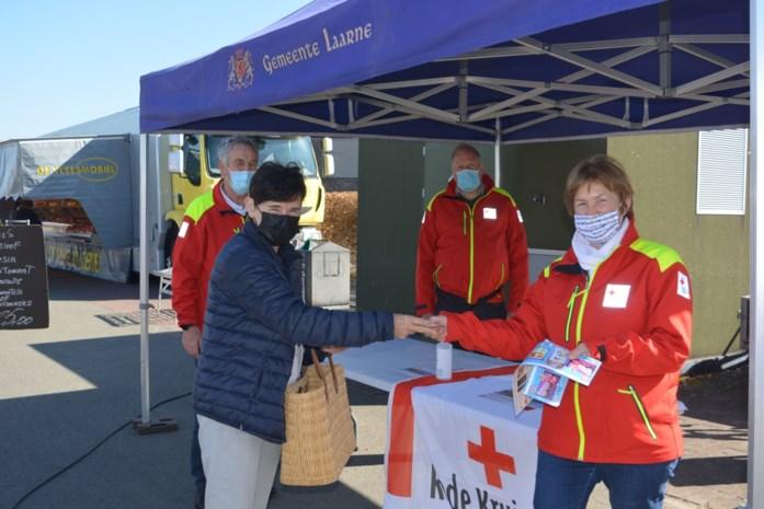"""Rode Kruis tevreden over stickerverkoop tijdens wekelijkse markt: """"Groter succes dan verwacht"""""""