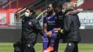 Anderlecht ziet middenvelder Majeed Ashimeru geblesseerd uitvallen in gewonnen oefenmatch tegen KV Oostende