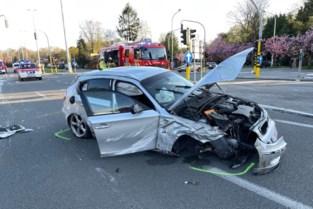 Bestuurder (28) knalt tegen geparkeerde wagen en wordt afgevoerd naar ziekenhuis