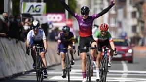 Nederlandse Demi Vollering sprint snelste van elitegroepje en wint Luik-Bastenaken-Luik bij de vrouwen
