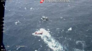 Italiaanse kustwacht redt ruim 100 mensen op vissersboot