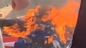 Duidelijke boodschap aan bestuur: fans Manchester United branden Amerikaanse vlag af buiten stadion