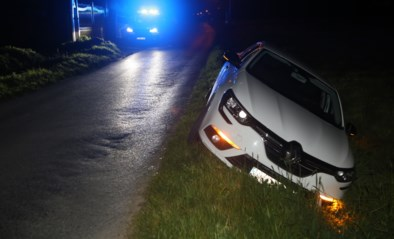 Wagen schuift in gracht, bestuurder ongedeerd