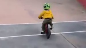 Driejarig zoontje van Peter Sagan kan ook al een aardig stukje fietsen