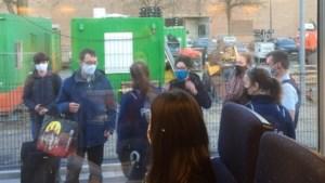 Politie plukt 300 studenten van trein vier uur voor befaamde raamregel verstrijkt