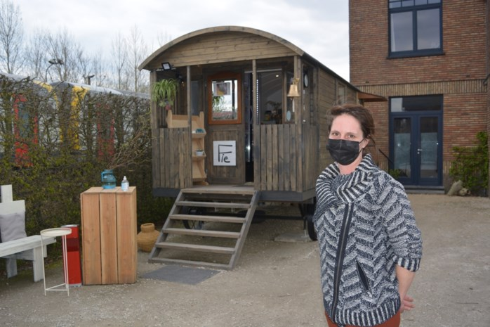 """Sofie opent buurtwinkeltje in pipowagen: """"Ik werd zot door zo lang thuis te zitten"""""""